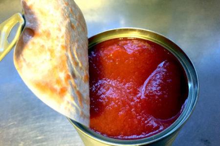 犬にトマト缶